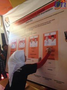 salah satu paslon Ika Puspitasari menandatangani Deklarasi Kampanye Damai