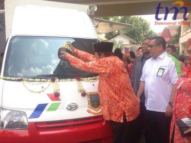 Walikota Mojokerto Mas'ud Yunus Menyiram Air Kendi Yang Merupakan Acara Simbolis Pemberikan Bantuan Dengan Ucapan Rasa Syukur
