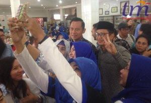 Ibu-ibu berebutan selfi dengan AHY dan pasangan calon ASRI
