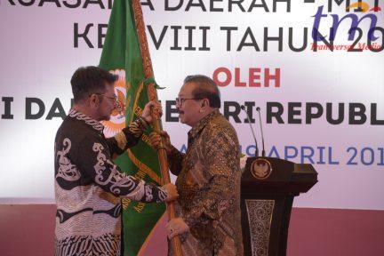 Gubernur jatim Dr H Soekarwo Menerima Bendera Pataka APPSI dari Ketua umum APPSI Dr Surya Yasin Limpo untuk meneruskan jabatan selanjutnya di Hotel JW Marriot Surabaya (1)