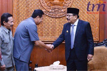 Gubernur Jatim H Soekarwo menyerahkan Surat Perintah Tugas (SPT) kepada Wakil Bupati Mojokerto Pungkasiadi di Gedung Negara Grahadi Surabaya, Rabu (2/4/2018).