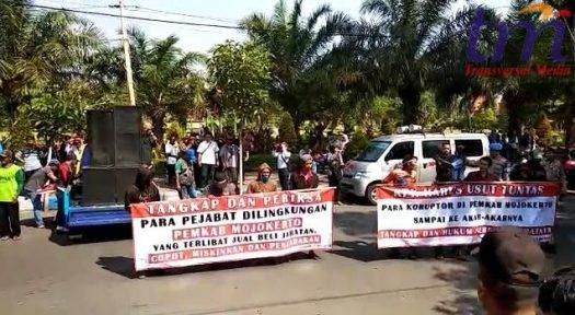 LSM Melakukan aksi demonstrasi did gedung DPRD Kabupaten Mojokerto, senin (7/5/2018)