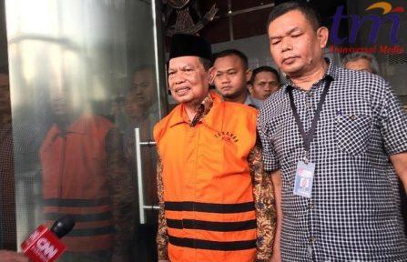 gantian KPK secara resmi menahan Walikota Mojokerto Mas'ud Yunus usai pemeriksaan 7 jam di Gedung Merah Putih KPK Jalan Kuningan Persada, Jakarta Selatan, Selasa (9/5/2018).