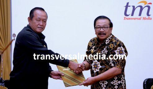 Gubernur Jatim Dr H Soekarwo Memberikan Surat Perintah Tugas Walikota Mojokerto yg diberikan kpd Wawali Mojokerto Ir H Suyitno MSi di Gedung Negara Grahadi Surabaya. Rabu (16/5/2018)
