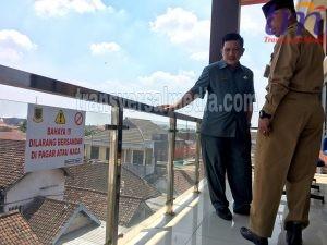 Kepala Dinas Pendidikan Pemerintah kota Mojokerto, Amin Wachid (kiri) dan Asisten Pemkot Mojokerto, Subambianto (kanan) mendampingi sidak Wakil Walikota Mojokerto, tampak berdua juga memantau megaproyek bangunan GMSC di Mojokerto. Senin (22/10/2018)