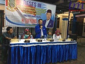 Pimpinan DPRD kota Mojokerto, Suyono, menjawab aspirasi masyarakat dengan didampingi dari Dinas Kesehatan Kota Mojokerto