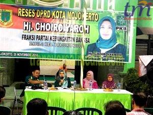Choiroyaroh didampingi Dinas kesehatan kota Mojokerto, Cristiana Indah untuk mensosialisasikan program kesehatan terhadap warga