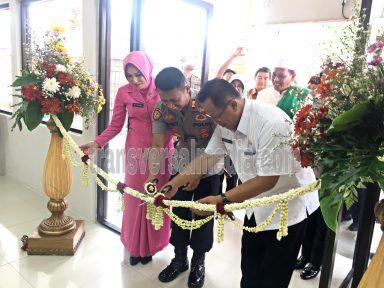 Kapolresta Mojokerto bersama Wakil Walikota Mojokerto menggunting pita untuk peresmian renovasi pelayanan publik