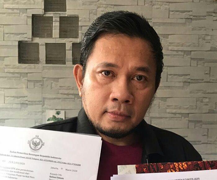 Ketua Umum DPP SPRI menunjukan surat dari BPK RI dan SK Standar Kompetensi Kerja Khusus Wartawan dari Kemenakertrans RI.
