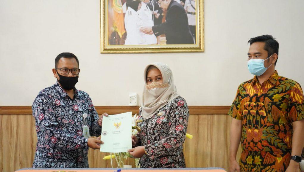 Penyerahan Sertifikat tersebut kepada Direktur Utama BPRS Kota Mojokerto, Choirudin dengan disaksikan oleh Aris Budiman dan Adi Sucipto selaku perwakilan dari OJK Regional IV.
