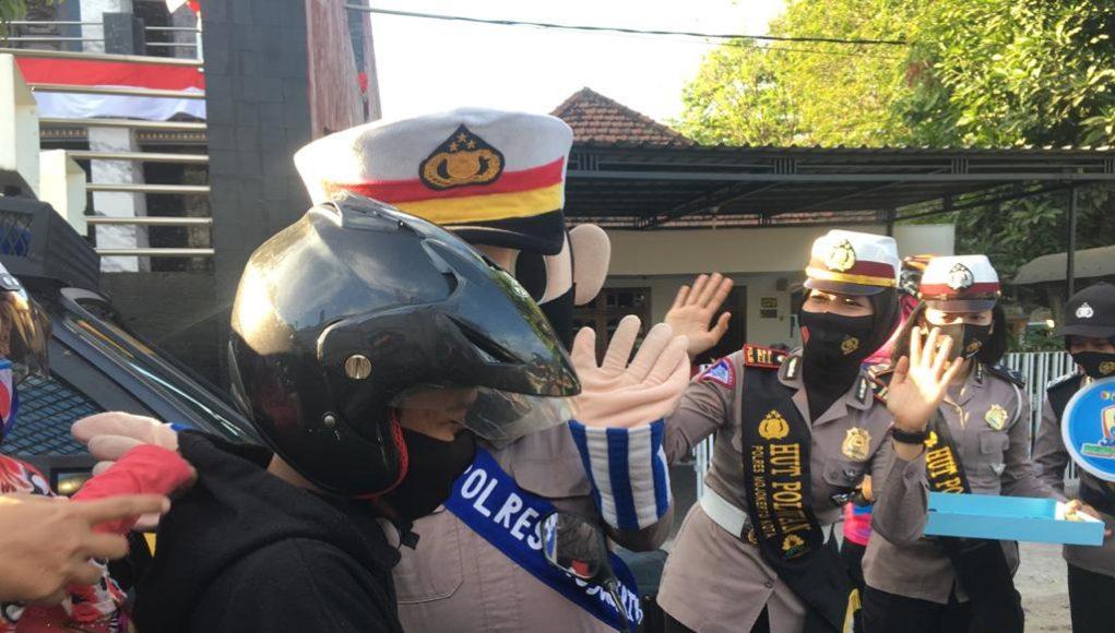 Polresta Mojokerto Sebar 500 Masker Bagi Pengguna Jalan